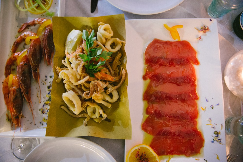 raw prawns and tuna sidelong to misto fritto